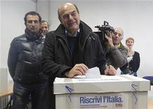 Líder do Partido Democrático, Pier Luigi Bersani, deposita seu voto em urna em seção eleitoral de Piacenza, norte da Itália. Milhões de italianos votaram no domingo em uma eleição primária para escolher o candidato de centro-esquerda para primeiro-ministro nas próximas eleições nacionais. 02/12/2012 REUTERS/Alessandro Garofalo