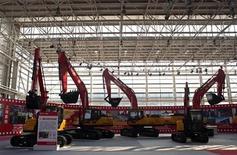 Тяжелая техника на заводе Sany Heavy Industry Co. Ltd га окраине Шанхая 26 октября 2012 года. Темпы роста производственного сектора Китая ускорились в ноябре впервые за 13 месяцев, свидетельствуют результаты частного исследования. REUTERS/Darcy Holdorf