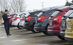 Las matriculaciones de turismos en España continuaron bajando con fuerza en noviembre pese al nuevo plan PIVE de incentivos a la compra, que ayudó a evitar un desplome mayor, según datos publicados el lunes por la Asociación Nacional de Fabricantes de Turismos y Camiones (ANFAC). En la imagen de archivo, un operador comprueba un grupo de coches nuevos de Ford en Burgos, el 2 de noviembre de 2011. REUTERS/Félix Ordóñez