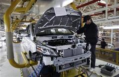 Funcionário trabalha em linha de montagem do carro Beiqi E150EV da Beijing Electric Vehicle Company em Pequim, China. O ritmo da atividade no vasto setor industrial da China acelerou pela primeira vez em 13 meses em novembro, mostrou a pesquisa Índice de Gerentes de Compras, ampliando as evidências de que a economia está se reanimando após sete trimestres de crescimento lento. 07/11/2012 REUTERS/Jason Lee