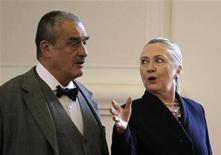 Глава чешского МИДа Карел Шварценберг и госсекретарь США Хиллари Клинтон идут на пресс-конференцию в Праге 3 декабря 2012 года. Клинтон попытается в понедельник убедить лидеров Чехии заключить $10-миллиардный контракт на расширение атомной электростанции Темелин с американской компанией Westinghouse, а не российском Атомстройэкспортом. REUTERS/David W Cerny