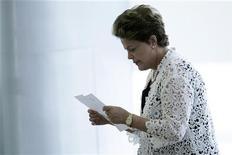 A presidente Dilma Rousseff lê papel em evento de anúncio de medidas para expandir o Programa Brasil Carinhoso, que visa combater a pobreza, em Brasília. Dilma Rousseff disse que o governo anunciará na quinta-feira um conjunto de ações de investimentos e novas regras regulatórias para portos, em mais uma tentativa de reduzir os gargalos de infraestrutura e estimular o crescimento do país. 29/11/2012 REUTERS/Ueslei Marcelino