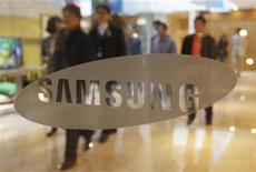 People walk at the main office building of Samsung Electronics in Seoul April 6, 2012. REUTERS/Kim Hong-Ji