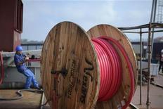 """El Gobierno no va a subir la parte regulada del recibo de la luz en la revisión prevista para el próximo mes de enero, indicó el ministro de Industria, José Manuel Soria, en una entrevista publicada el lunes por la agencia EFE. En esta imagen de archivo, un trabajador de un astillero tira de una bobina de cable eléctrico en la construcción del navío """"Joseph Plateau,"""" en el astillero de La Naval Shipyard en Sestao, cerca de Bilbao, el 29 de junio de 2012. REUTERS/Vincent West"""