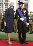 La princesa heredera de Noruega, Mette-Marit, viajó en secreto a India para cuidar de los gemelos recién nacidos de una madre de alquiler contratada por un empleado homosexual de palacio que no pudo conseguir un visado de viaje, dijo Palacio el lunes. En la imagen de archivo, los príncipes herederos de Noruega, Mette-Marit y Haakon, a su llegada a la boda religiosa del heredero del Gran Ducado de Luxemburgo Guillaume y Stephanie de Lannoy en la catedral de Notre Dame, en Luxemburgo, el 20 de octubre de 2012. REUTERS/Vincent Kessler
