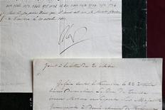 """Carta escrita pelo ex-imperador francês Napoleão Bonaparte é vista em Paris, em novembro. A carta em que Napoleão ameaçava """"explodir o Kremlin"""" atingiu dez vezes mais o preço esperado num leilão realizado no fim de semana. 22/11/2012 REUTERS/Charles Platiau"""