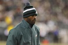 Philadelphia Eagles quarterback Michael Vick watches from the sidelines during their NFL football game against the Carolina Panthers in Philadelphia, Pennsylvania November 26, 2012. REUTERS/Tim Shaffer