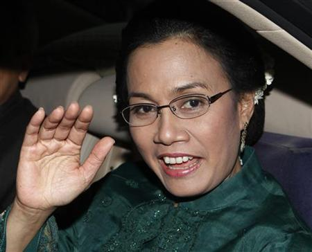 Indonesia's former finance minister and current World Bank managing director, Sri Mulyani Indrawati, waves to journalists after a meeting at the presidential palace in Jakarta May 20, 2010. REUTERS/Enny Nuraheni/Files