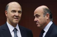 Il ministro delle Finanze francese Pierre Moscovici (a sinistra) e il collega spagnolo Luis de Guindos all'incontro dei ministri finanziari a Bruxelles. REUTERS/Francois Lenoir