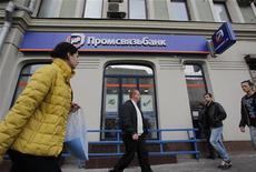 Люди проходят мимо офиса Промсвязьбанка в Москве 4 октября 2012 года. Входящий в топ-15 банков РФ Промсвязьбанк за девять месяцев 2012 года увеличил чистую прибыль почти в три раза до 5,88 миллиарда рублей благодаря росту доходов от кредитования и сокращению отчислений в резервы под проблемные кредиты, следует из сообщения банка. REUTERS/Maxim Shemetov