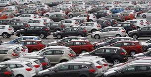 <p>Les ventes de voitures en Allemagne devraient baisser d'environ 3,2% en 2013 à quelque trois millions d'unités, a estimé mardi l'association des constructeurs allemands d'automobiles. /Photo d'archives/REUTERS/Petr Josek</p>