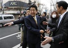 Líder da oposição japonesa e ex-primeiro-ministro Shinzo Abe cumprimenta eleitores no começo da campanha. 04/12/2012 REUTERS/Issei Kato
