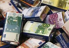 Шоколадные плитки, оформленные как купюры валюты евро, в кондитерском магазине в Вене 19 августа 2011 года. Евро вновь поднялся до максимума шести недель к доллару благодаря неожиданно хорошим условиям обратного выкупа греческих облигаций и снижению стоимости заимствований обремененных долгами стран еврозоны. REUTERS/Heinz-Peter Bader