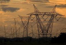 Vista de torres de alta tensão no Estado do Pará, próximo a Marabá. O diretor da Agência Nacional de Energia Elétrica (Aneel) Romeu Rufino afirmou que a não adesão da Cesp à renovação das concessões do setor elétrico, aliada à recusa de três usinas da Cemig, pode fazer com que a redução da conta de luz não seja a idealizada pelo governo, de 20 por cento, em média, a partir de 2013. 30/03/2010 REUTERS/Paulo Santos