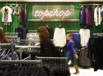 Люди в магазине TopShop в Лондоне 14 сентября 2009 года. Заработавший миллиарды на розничных сетях британский бизнесмен Филипп Грин ведет переговоры с американской частной инвестиционной компанией о продаже 25 процентов акций в бутиках Topshop и Topman, сообщил источник Рейтер. REUTERS/Luke MacGregor
