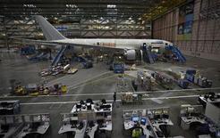 Boeing 787 на заводе компании в Эверетте, Вашингтон 18 октября 2012 года. Один из новых лайнеров Dreamliner от Boeing совершил вынужденную посадку из-за механической неисправности, а сама компания в тот же день сообщила о том, что американские регулирующие органы отдали распоряжение проверить весь авиафлот самолетов модели 787 на предмет возможной проблемы с топливопроводом. REUTERS/Andy Clark