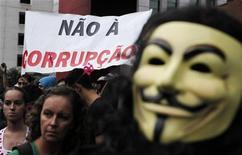 Manifestante usando máscara de Guy Fawkes participa de protesto contra corrupção na Avendia Paulista, em São Paulo. América Latina ficou quase toda na parte de baixo de um ranking global de percepção da corrupção, obtendo pontuação menor que a média mundial e, em alguns casos, os mesmos níveis de países envolvidos em conflitos, revelou a Transparência Internacional. 21/04/2012 REUTERS/Nacho Doce