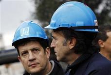 Immagine d'archivio di due operai metalmeccanici. REUTERS/Alessandro Garofalo (ITALY - Tags: BUSINESS INDUSTRIAL EMPLOYMENT CIVIL UNREST)