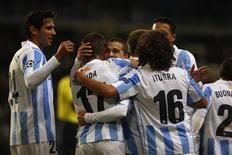 El Málaga tiene muchas razones para ser optimista sobre sus posibilidades en la Liga de Campeones después de que el conjunto andaluz, afectado por problemas financieros, superara un turbulento verano para terminar invicto y como líder en el Grupo C en su debut en la máxima competición europea. En la imagen, los jugadores del Málaga celebran u ngol ante el Anderlecht en La Rosaleda, el 4 de diciembre de 2012. REUTERS/Jon Nazca
