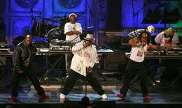 """Grandmaster Flash (Joseph Saddler) (ao fundo) e Furious Five fazem performance na 22a cerimônia de introdução no hall da fama de Rock'n Roll, em Nova York. O sucesso de 1982 """"The Message"""", de Grandmaster Flash e dos Furious Five, foi nomeada o maior canção de hip hop de todos os tempos nesta quarta-feira, na primeira lista deste tipo compilada pela revista Rolling Stone para comemorar o gênero musical jovem, mas influente. Foto de Arquivo. 12/03/2007 REUTERS/Lucas Jackson"""