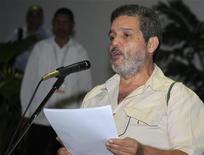 <p>El miembro de las Fuerzas Armadas Revolucionarias de Colombia Marco León lee un documento antes de comenzar una ronda de negociación en La Habana, dic 5 2012. El Gobierno de Colombia y la guerrilla de las FARC reanudaron el miércoles el diálogo de paz en La Habana, tras un receso de cinco días que finalizó con la mayor ofensiva del Ejército sobre los rebeldes desde que se iniciaron las conversaciones para poner fin a cinco décadas de conflicto interno. REUTERS/Enrique De La Osa</p>