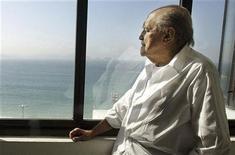 O arquiteto Brasileiro observa a praia de Copacabana em seu escritório no Rio de Janeiro. Niemeyer está com infecção respiratória, foi sedado e seu quadro é considerado grave. 16/06/2003 REUTERS/Sérgio Moraes