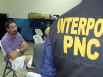 La policía guatemalteca arrestó el miércoles al gurú del software antivirus John McAfee por entrar ilegalmente al país y dijo que trataría de expulsarlo a la vecina Belice, que abandonó cuando se le buscaba para ser interrogado sobre el asesinato de su vecino. En la imagen, el gurú del software John McAfee (a la izquierda) sentado junto a un agente de Interpol tras su detención en Ciudad de Guatemala, el 5 de diciembre de 2012. REUTERS/Policia Nacional Civil/Handout