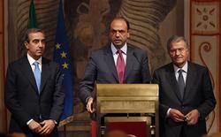 Il capogruppo del Pdl al Senato Maurizio Gasparri (a sinistra), il segretario del Pdl Angelino Alfano (al centro) e il capogruppo del Pdl alla Camera Fabrizio Cicchitto. REUTERS/Tony Gentile (ITALY - Tags: POLITICS)