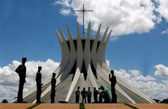 El afamado arquitecto brasileño Oscar Niemeyer falleció el miércoles a los 104 años, dejando un asombroso legado artístico en cientos de obras diseminadas por su país y el mundo. En esta imagen de archivo, turistas frente a la Catedral Metropolitana diseñada por Niemeyer en brasilia, el 12 de diciembre de 2007. REUTERS/Jamil Bittar/Files