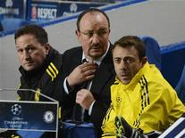 Técnico do Chelsea Rafael Benitez (C) ajusta gravata durante partida contra o FC Nordsjaelland pela Liga dos Campeões em Stamford Bridge, Londres. 5/12/2012 REUTERS/Dylan Martinez