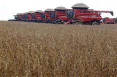 Máquinas enfileiradas antes da colheita de soja em fazenda em Tangará da Serra, em Cuiabá. A safra de soja do Brasil na temporada 2012/13 foi estimada em um recorde de 82,6 milhões de toneladas, de acordo com levantamento da Conab. 27/03/2012 REUTERS/Paulo Whitaker