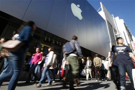 Holiday shoppers walk past the Apple Store during Black Friday in San Francisco, California, November 23, 2012. REUTERS/Stephen Lam