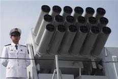"""Офицер китайских ВМС на палубе эсминца """"Хайку"""" на базе в Гонконге 30 апреля 2012 года. Китай требует у Вьетнама прекратить разведку нефти в спорных водах Южно-Китайского моря и не мешать китайским рыболовецким судам, ведущим промысел в регионе, споры из-за которого становятся все громче в последние дни. REUTERS/Tyrone Siu ("""