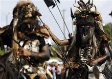 Un récord de 1.000 millones de personas cruzarán una frontera como turistas en 2012, según el Consejo Mundial de Viajes y Turismo. Imagen de unos participantes en un festival en la localidad colombiana de San Martín, en la provincia de Meta, el 11 de noviembre. REUTERS/Fredy Builes