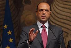 Angelino Alfano, segretario del Pdl mentre parla ai giornalisti. 15 novembre, 2011. REUTERS/Tony Gentile