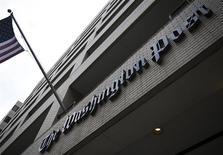 El Washington Post, uno de los pocos periódicos importantes que aún no cobra a los lectores por el acceso online a artículos del diario, probablemente introduzca un sistema de pago el año próximo, dijo el Wall Street Journal, citando a una persona familiarizada con el tema. En la imagen, vista general de la sede del Washington Post en Washington el 30 de marzo de 2012. REUTERS/Jonathan Ernst