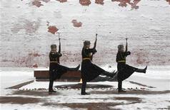 Солдаты Почетного караула маршируют возле Могилы Неизвестного Солдата у стены московского Кремля 29 ноября 2012 года. Москву ждет морозный и снежный уикенд, прогнозируют синоптики. REUTERS/Sergei Karpukhin