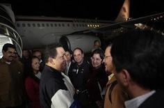 Presidente venezuelano, Hugo Chávez, fala com membros do gabinete em sua chegada de Cuba, no aeroporto Simón Bolívar, em Caracas. 7/12/2012 REUTERS/Miraflores Palace/Divulgação