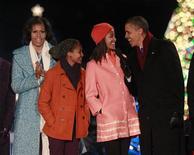 Presidente dos EUA, Barack Obama, primeira-dama Michelle Obama, e filhas Malia e Sasha cantam música natalina no acendimento da árvore de natal nacional, em frente à Casa Branca. 6/12/2012 REUTERS/Jason Reed