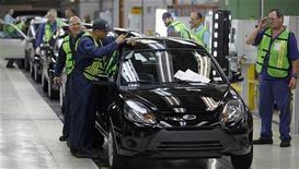 Venda de veículos novos deve registrar crescimento de até 4,5 por cento no próximo ano. 14/06/2012 REUTERS/Paulo Whitaker