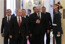 Лидеры стран ЕврАзЭс и ОДКБ на саммите в московском Кремле 15 мая 2012 года. Антикризисный фонд ЕврАзЭС одобрил выделение Белоруссии очередного транша кредита на $440 миллионов в преддверии значительных выплат по внешнему долгу. REUTERS/Denis Sinyakov