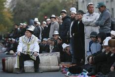 Мусульмане собираются на празднование первого дня Курбан-Байрама в Бишкеке 26 октября 2012 года. Киргизия в пятницу презентовала оцениваемый в $7 миллиардов план возрождения экономики и сохранения государственности в надежде на инвесторов из России, Китая, стран Запада и помощь доноров. REUTERS/Vladimir Pirogov