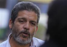 Tratar de poner fecha límite al diálogo de paz que llevan a cabo el Gobierno colombiano y la guerrilla de las FARC en Cuba socava los esfuerzos para poner fin a cinco décadas de conflicto interno, aseguró el viernes Marco León Calarcá, uno de los delegados principales del grupo insurgente. En la imagen, el miembro de las FARC Marco León durante una entrevista con Reuters en La Habana el 7 de diciembre de 2012. REUTERS/Enrique De La Osa