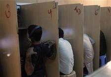 Un intento histórico para establecer normas a nivel mundial para supervisar Internet parecía ir a caer en saco roto por el enfrentamiento entre Estados Unidos y algunos países occidentales contra el resto del mundo, dijeron participantes en las conversaciones. En la imagen, varios hombres en un cibercafé en Deira, en los Emiratos Árabes, el 7 de noviembre de 2011. REUTERS/Nikhil Monteiro