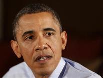 """O presidente dos EUA, Barack Obama, fala em visita a famílias de classe média em Fairfax County, Virginia, EUA. Obama, acusado pelo presidente da Câmara dos Representantes, o republicano John Boehner, de levar o país para um """"abismo fiscal"""", afirmou neste sábado que está pronto para trabalhar com os congressistas rivais em um plano de entendimento para cortar déficits orçamentários, contanto que ele inclua maiores impostos aos mais ricos. 6/12/2012 REUTERS/Larry Downing"""