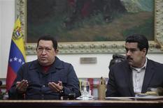 El presidente venezolano, Hugo Chávez, viajará a Cuba para operarse nuevamente ante la reaparición de un cáncer, en un inesperado anuncio que vuelve a poner su salud en la escena pública tras lograr en octubre la reelección por otros seis años. En la imagen, Chávez habla junto a su vicepresidente, Nicolás Maduro, durante el discurso a la nación en el Palacio de Miraflores en Caracas el 8 de diciembre de 2012. REUTERS/Palacio de Miraflores