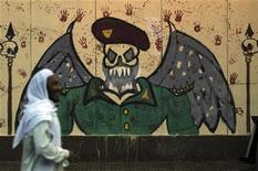 El presidente egipcio, Mohamed Mursi, ha cancelado el decreto que le daba amplios poderes y que desató episodios violentos, pero no ha retrasado el referéndum de este mes sobre una nueva constitución, que era una de las demandas fundamentales de sus detractores. En la imagen, un manifestante antiMursi pasa junto a un grafiti en una pared en el centro de El Cairo el 8 de diciembre de 2012. REUTERS/Amr Abdallah Dalsh