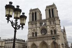 Quasimodo estaría encantado. La catedral de Notre Dame ha visto mejorada su iluminación, renovado su órgano, se ha construido una plataforma para poder apreciar su fachada gótica y pronto tendrá nuevas campanas, construidas para la celebración de su 850 aniversario que dará comienzo la semana que viene. En la imagen, de 18 de octubre, la catedral de Notre Dame de París. REUTERS/Charles Platiau