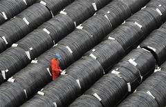 Um trabalhador verifica bobinas de aço numa fábrica em Dalian, na província de Liaoning, China. O crescimento da produção industrial chinesa e as vendas no varejo registram em novembro o seu melhor período em oito meses, enquanto a inflação subiu após o menor índice em 33 meses, em mais um sinal de que a economia do país está acabando com a possibilidade de uma queda prolongada. 18/10/2012 REUTERS/China Daily