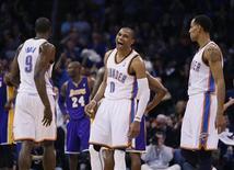 La línea de ataque de Oklahoma City ha impulsado al equipo a lograr el mejor récord de la NBA pero fue la defensa la que el domingo hizo el trabajo en una noche en la que los Thunder consiguieron su octava victoria consecutiva por 104-93 frente a los Pacers de Indiana. En la imagen, de 7 de diciembre, el base de los Thunder Russell Westbrook sonríe después de marcar un triple a los Lakers. REUTERS/Bill Waugh